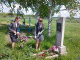 Возложение цветов к мемориалу солдата.