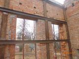 Установка металлоконструкции для укрепления стен внутри здания.