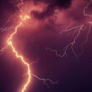 Специалисты МЧС дали советы россиянам, как можно уберечься от удара молнии.