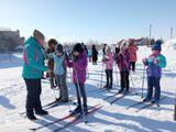 Учитель физической культуры Салимова Д.К. инструктирует ребят перед стартом