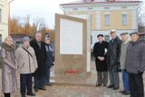 Участники шахматного турнира у памятного знака Ломоносову