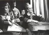 Эрик Раутио (1926-1989). Талантливый музыкант-самородок, пришел в «Кантеле» в военном 1942 году. Владел несколькими музыкальными инструментами. Ведущий исполнитель на кантеле-бас, солист оркестра. Участник многих инструментальных ансамблей и финского мужс