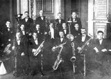 Первый джаз-банд Л.Я.Теплицкого (Теплицкий — в центре). Ленинград, 1927 г.