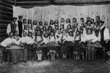 Первый послевоенный состав ансамбля «Кантеле»: оркестр, хор, танцевальный коллектив. Петрозаводск, 1945. В ряду кантелистов в центре – Кертту Вильянен