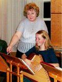 Наталья Павловна Акулишнина на репетиции оркестра с ученицей Олесей Микшиной. 2004 г