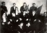Первый любительский кружок кантелистов. Слева стоит (с дирижерской палочкой) — Виктор Гудков. 1935 г.