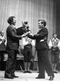 Вручение художественному руководителю Андро Лехмусу памятного медведя от трудящихся Усть-Вымского района Коми АССР, 24 июня 1980.