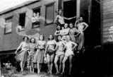 Артисты «Кантеле» у вагона во время гастролей по Уралу и Сибири, 1952 г. Зинаида Козлова — в окне вагона (справа)