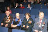 Эльза Баландис среди ветеранов «Кантеле» (вторая справа) в зале Национального театра Карелии перед премьерой программы «Гастроли длиной в войну…». Май 2005 г.