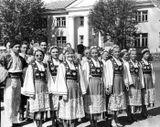 Танцевальная группа «Кантеле» на параде (в болгарских костюмах). Площадь Ленина в Петрозаводске. Эльза Баландис — вторая справа.