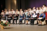 На сцене после премьеры программы «Гастроли длиной в войну…»: спустя 60 с лишним лет… Артисты «Кантеле» 1940-х — и артисты сегодняшнего «Кантеле». Май 2005 г. Эльза Баландис — третья справа в ряду ветеранов