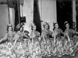 Кононовский «Вепсский танец с ложками» — «золотой фонд» ансамбля. Эльза Баландис — третья слева. 2-я пол.1950-х гг.