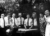 Абрам Голланд (третий справа) и Сиркка Рикка (вторая справа) с духовым ансамблем. 1960-е гг.