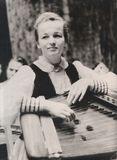 Эйла Раутио /Рауфала/ (1930-2000). В 1946 поступила ученицей в ансамбль «Кантеле». Со временем артистка оркестра стала исполнительницей ведущих партий в группе альтов, солисткой, участницей дуэтов, трио, квартета. Заслуженная артистка КАССР.