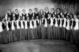 Хоровая капелла в начале 1950-х гг. В центре — хормейстер Валентина Печникова. Евгения Юнина — в первом ряду третья слева