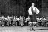 Сиркка Рикка поет в сопровождении оркестра кантелистов. Выступление в зале им. П.Чайковского в рамках Недели карело-финской музыки и танца Карелии в Москве, 1946 г.