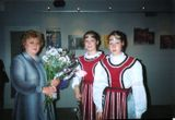 Наталья Павловна Акулишнина и ее воспитанницы Катя и Оля Коршуновы. Фойе Национального театра Карелии, май 2004 г.