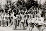 Выступление в парке пионеров, 1952 г. Солисты — Александра Колчина, Владислав Сладковский. Татьяна Антышева — крайняя справа