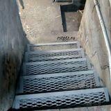 Лестница металлическая, спуск в подвал.