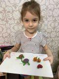 "Суворова Ника, 4 года. ""Посмотрите, что я  сделала из пластилина"""