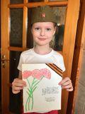 Анна Негодяева делает открытку ветеранам