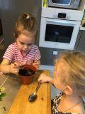 Сестрёнки Маша и Даша Митюковы сажают зелёные витамины для кролика и морских свинок