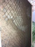 Наружный блок со стороны всасывания воздуха (у стены) имеет пластиковую решетку, она выбрасывается за ненадобностью.