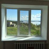 Трехстворчатое окно, кирпичный дом.