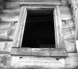 Окно на южной стене храма