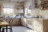 Фасад – массив ясеня или дуба. Модель, воплотившая в себе лучшие черты современных и классических кухонь. Новинка 2016 года.