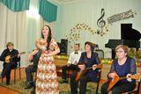 Поет Юлия Магомедова в сопровождении ансамбля народных инструментов