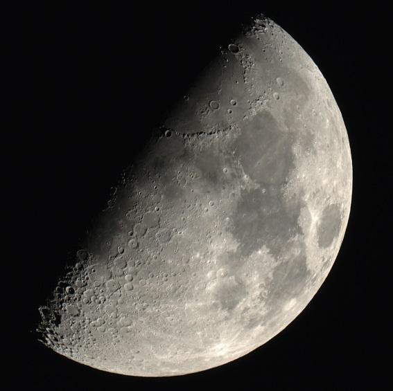 Луна в фазе первой четверти