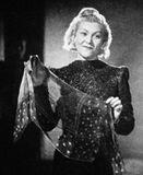 Клавдия Шульженко исполняет легендарный «Синий платочек», 1942 год.