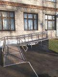 Пандус для инвалидов - колясочников у центрального входа в здание