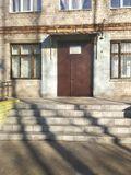 Отремонтированное крыльцо центрального входа в здание с устройством нескользящего покрытия