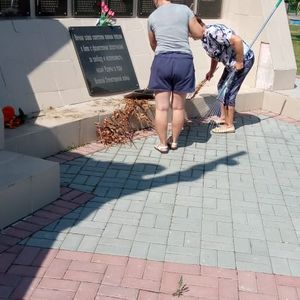Уборка на территории Мемориала памяти павших в годы Великой Отечественной войны
