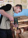 В столярной мастерской - работа на верстаке
