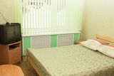 двухспальная кровать в одноместной комнате с удобствами