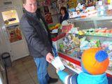 Наши малыши вручают листовки в магазине покупателям-водителям