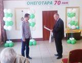 Директор Черкасов И.О. вручает Скрыникову И.С. благодарственное письмо и памятный подарок