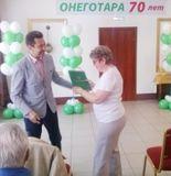 Скрыников И.С. награждает Почетной грамотой картонажника Малькову Н.А