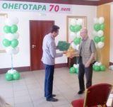 Скрыников И.С. награждает Почетной грамотой оператора Лукьянова Н.И.