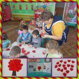 малыши делают аппликацию из бумажных шариков