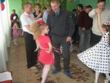 Дети учат пап танцевать.