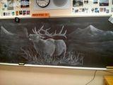 Учитель рисования каждый день создает шедевры на доске, чтобы вдохновить своих студентов.
