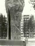 Две руки поднимающие кусок руды, - монумент дружбы в память о советско-финляндском сотрудничестве